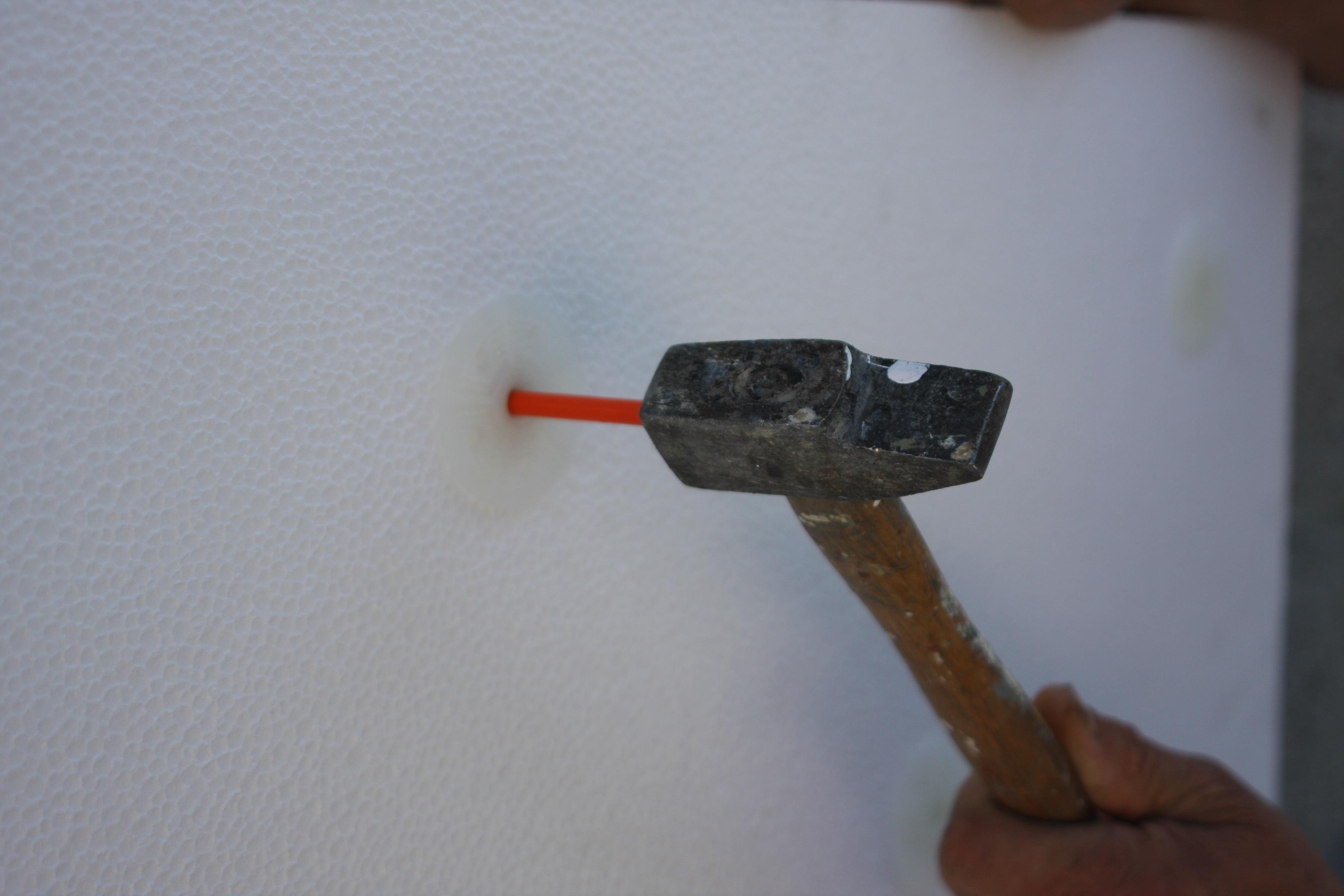 Chevillage despanneaux après durcissement des plots de calage puis 1ère passe de la couche de base de l'enduit